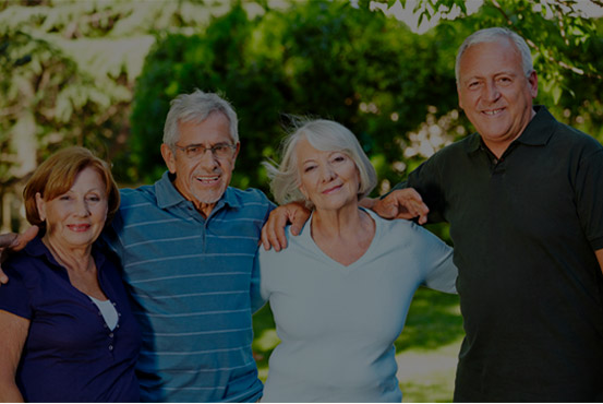Quatro pessoas de idade sorrindo para a foto