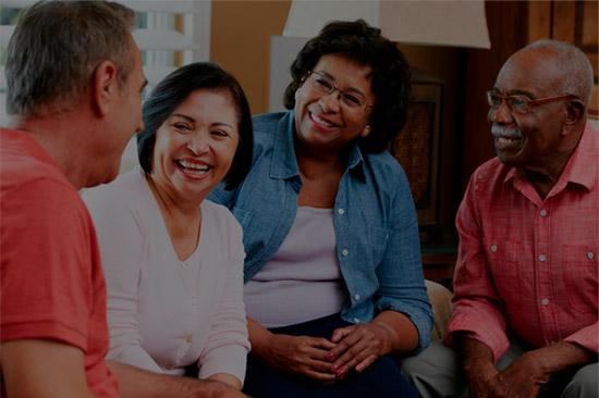 Família com avós ao ar livre sorrindo